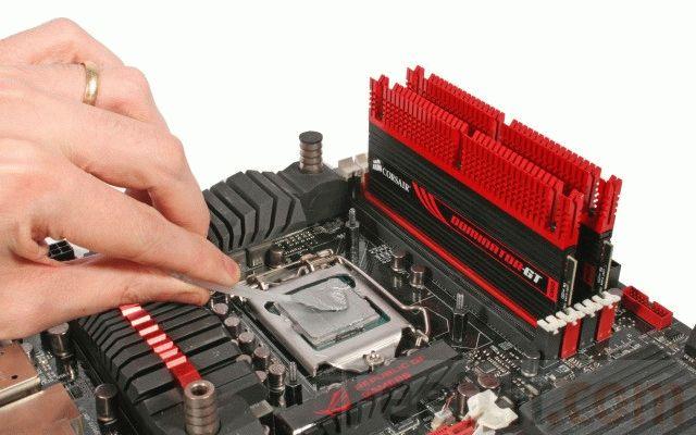 Нанесение термопасты на процессор.