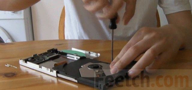 Подкрутите винт DVD